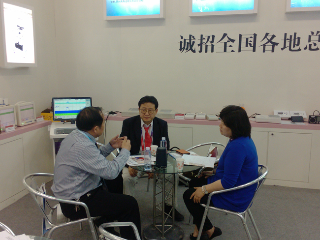 泰安迈迪经理为韩国客户介绍胎儿监护、远程监护产品