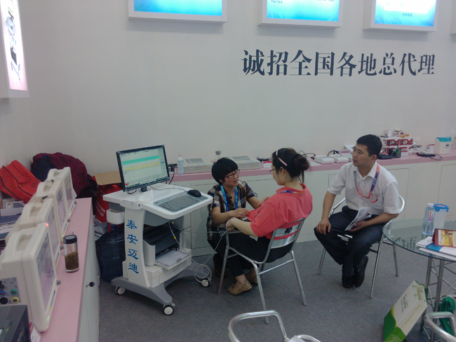 泰安迈迪培训经理为客户现场做胎儿母婴监护并讲解胎儿母婴监护知识